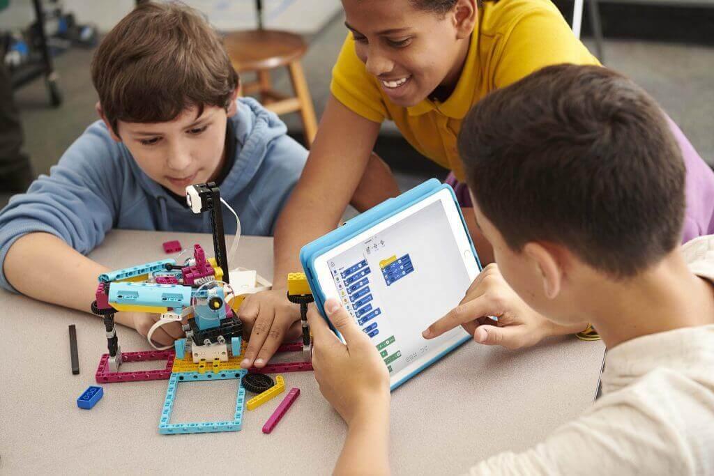 Kids-programming-LEGO-SPIKE